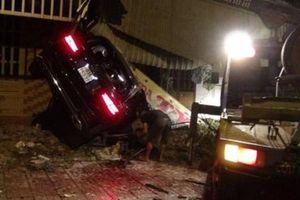 Xe Mercedes chạy tốc độ cao lao vào 3 nhà dân, 1 người chết tại chỗ