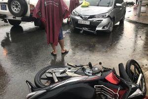 Ô tô 4 chỗ tông 2 xe máy, 1 phụ nữ nguy kịch