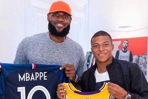 Mbappe nhỏ bé khi đứng cạnh ngôi sao số một của bóng rổ