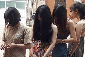 9 cô gái bay lắc cùng hơn chục nam thanh niên trong quán karaoke
