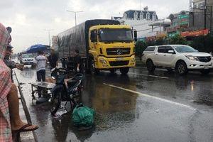 Xe máy va chạm xe tải, hai người tử vong