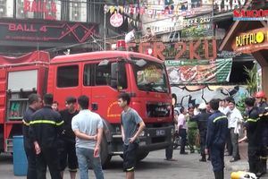Giải cứu hơn 30 người mắc kẹt trong đám cháy tại Hà Nội