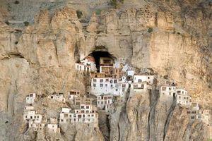 Độc đáo tu viện bằng gỗ, bùn nằm cheo leo trên vách núi