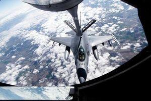 F-16 Mỹ khoe khả năng mang vũ khí khi bay huấn luyện
