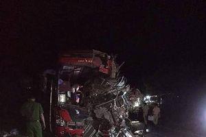 Xe tải đâm xe khách ở Hòa Bình mang biển số nước ngoài