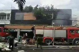 Cháy lớn ở 2 công ty và nhà dân, nhiều người hoảng hốt tháo chạy