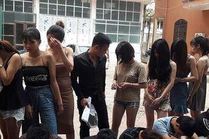 Hưng Yên: Bắt quả tang 24 thanh niên đang 'bay lắc' trong quán karaoke
