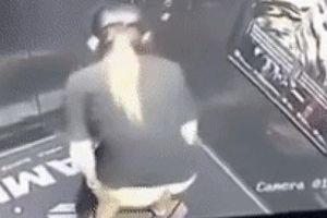 Clip sốc: Cô gái TỤT QUẦN ĐI VỆ SINH trong thang máy, thanh niên CHẾT SỮNG khi mở cửa xong không dám vào
