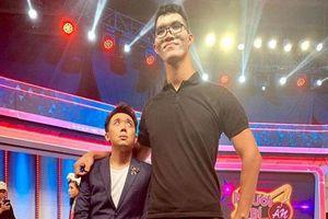 Hết bị chê béo, Trấn Thành bỗng hóa 'đuông dừa' khi đứng cạnh chàng trai cao 2m2