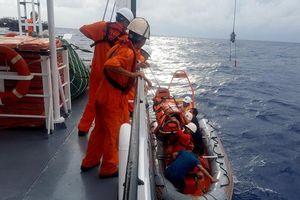 Tàu SAR 412 cứu thuyền viên bị tai biến gần đảo Hoàng Sa