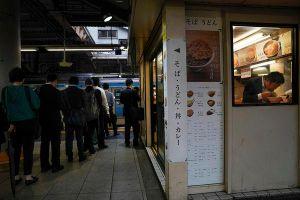 Cuộc sống ngột ngạt đến nghẹt thở ở Tokyo nhìn từ những chuyến tàu điện ngầm
