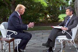 Tổng thống Trump đuổi cấp dưới ra khỏi phòng vì ho khi ông đang trả lời phỏng vấn