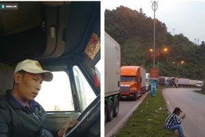 Tài xế container phanh gấp tránh xe máy khiến chiến sĩ CSGT đi nhờ bức xúc, nhảy xuống: 'Chị muốn giết người phải không?'