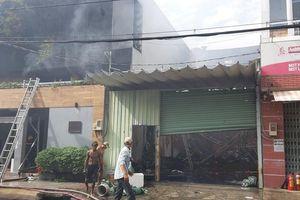 Nhiều công ty và nhà dân cháy rụi lúc rạng sáng ở TP.HCM