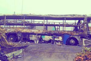 Xe giường nằm chở hàng chục hành khách bốc cháy trên Quốc lộ trong đêm