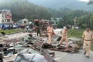 Khoảnh khắc xe tải tông xe khách khiến 3 người tử vong