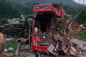 Phân luồng giao thông qua hiện trường vụ tai nạn ở Hòa Bình