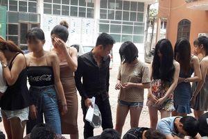 Hàng chục cô gái bay lắc trong quán karaoke
