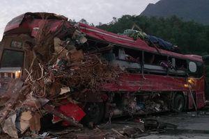 Clip: Hiện trường rùng mình vụ xe chở sắt tông xe khách khiến hơn 40 người thương vong