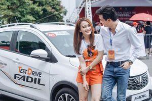 VinFast Fadil hút khách hàng và dàn sao 'Về nhà đi con' ngay ở sự kiện giao xe
