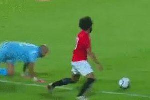 Salah lừa thủ môn đẳng cấp, dọn cỗ cho đồng đội ghi bàn