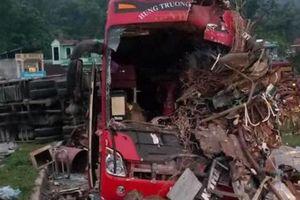 Tai nạn thảm khốc ở Hòa Bình: Xe tải xuống dốc vào cua lấn làn tốc độ cao
