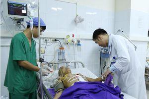 Bị cọc gỗ 1m đâm thấu người, một người nhập viện ở Quảng Ninh