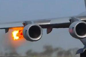 Máy bay ném bom B-52 của Mỹ bất ngờ bốc cháy