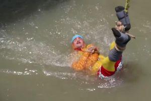 Ảo thuật gia chết đuối khi biểu diễn tháo xiềng xích dưới sông Hằng