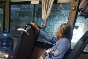 Cư dân mạng quan tâm: Nữ phụ xe 'đốn tim' khi đưa tiền giúp bà cụ