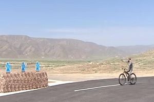 Tổng thống Turkmenistan vừa đạp xe vừa bắn súng điêu luyện