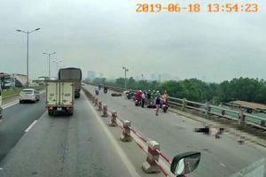 Đôi nam nữ đi xe máy gặp nạn thương vong trên cầu Thanh Trì