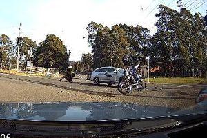 Lao nhanh như chớp, mô tô đâm trúng đầu xe hơi vỡ vụn