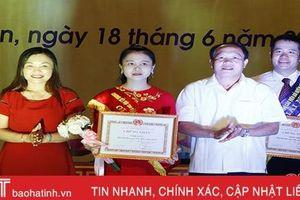 Trao giải cho thí sinh xuất sắc tại hội thi Báo cáo viên giỏi huyện Cẩm Xuyên