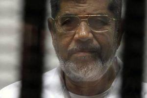 Cựu Tổng thống Ai Cập đột tử trong lúc đang bị xét xử tại tòa