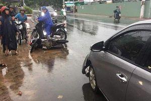 Ô tô tông liên hoàn 2 xe máy, 2 người bị thương nặng
