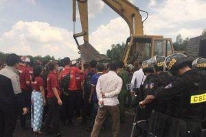 Gia hạn tạm giữ hình sự 2 nhân viên công ty Địa ốc Alibaba gây rối, đập phá xe múc đoàn cưỡng chế
