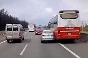 Ôtô con mất lái, va chạm với xe khách làm gương chiếu hậu văng lên trời