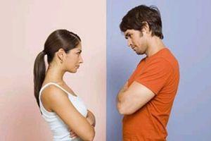 Nhìn cảnh mẹ đánh vợ đau đớn, chồng kiên quyết lôi vợ ra ngoài ở riêng