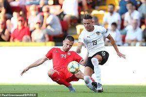 Tiền đạo U21 Áo gãy chân sau pha phạm lỗi của hậu vệ U21 Serbia