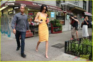 Kendall Jenner thả dáng thon trên phố với đầm vàng rực rỡ