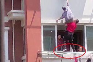 Clip: Thót tim cảnh giải cứu cụ bà ngã khỏi ban công tầng 4