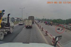 Clip: Hiện trường vụ 2 người đi xe máy tông vào lan can cầu Thanh Trì