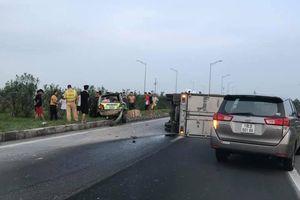 Tông phải ô tô dừng thay lốp trên cao tốc, tài xế xe tải bị gãy chân