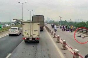 Đôi nam nữ đi xe máy thương vong sau khi đâm vào lan can cầu Thanh Trì