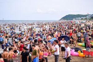 Bãi biển Sầm Sơn đông 'nghẹt thở' ngay từ sáng sớm
