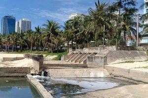 Hàng trăm ống thải xả nước đen kịt xuống biển Đà Nẵng, còn ai dám tắm?