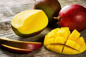 Trổ tài cắt gọt hoa quả nhanh gọn và học cách bổ lựu