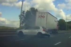 Kinh hoàng cảnh ô tô tải lớn đâm tung đuôi ô tô con
