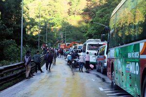 Đèo Bảo Lộc sạt lở nghiêm trọng, hàng đoàn ô tô đứng chôn chân